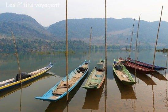 pirogue sur le mekong au laos voyage en famille