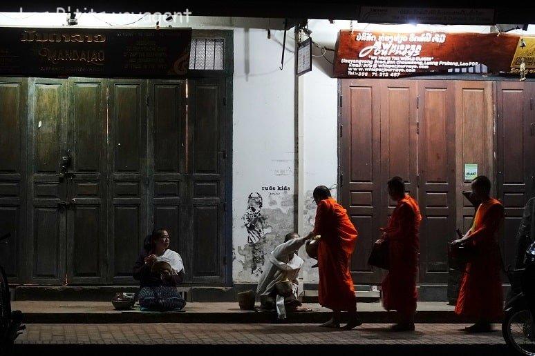moine avec offrandes au laos voyage en famille