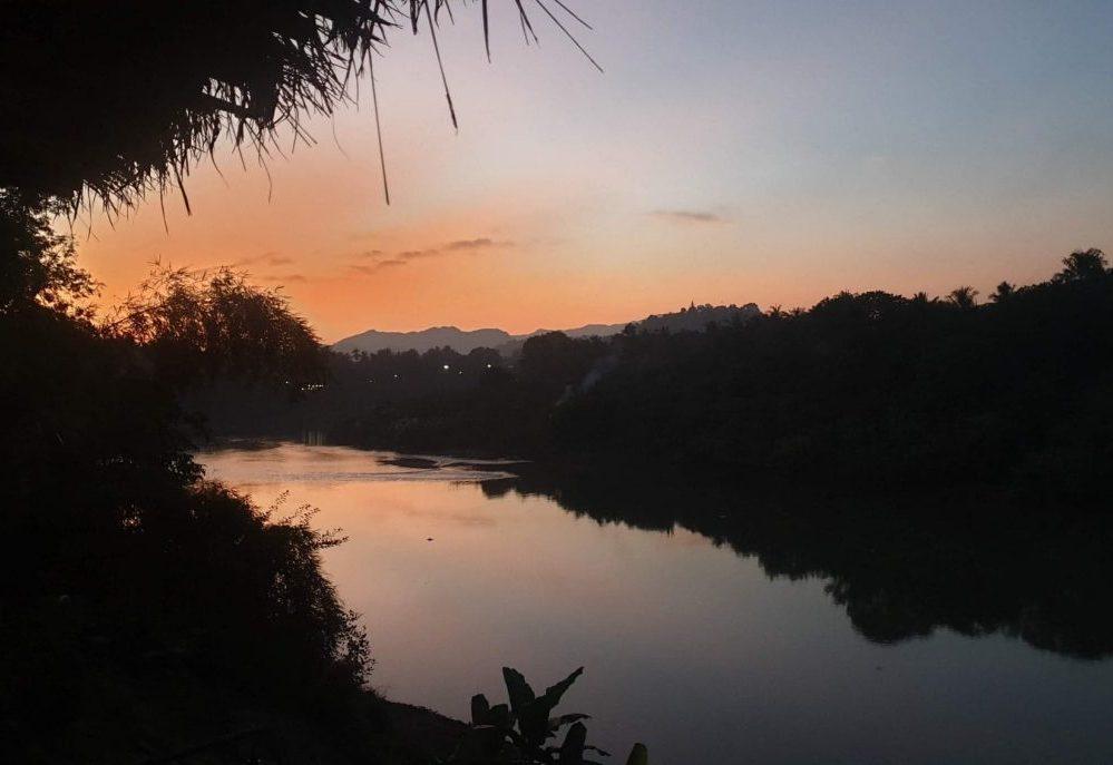 coucher de soleil au laos voyage en famille