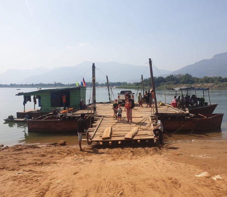 bateau sur le mekong au laos voyage en famille
