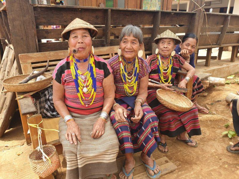 femmes du laos qui fument voyage en famille