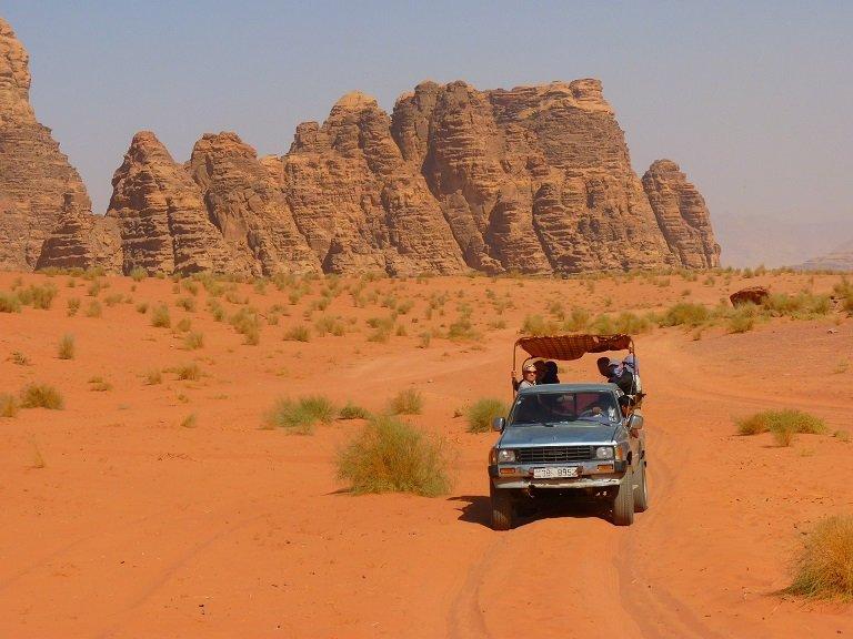 voiture dans le désert de wadi rum en jordanie voyage en famille
