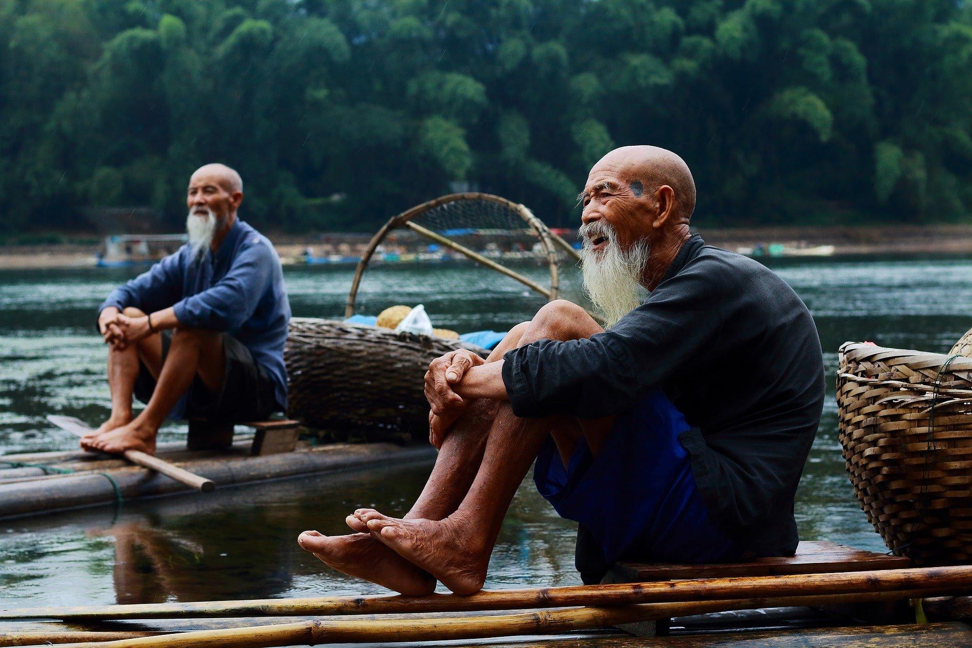 pêcheur sur une pirogue en chine voyage en famille