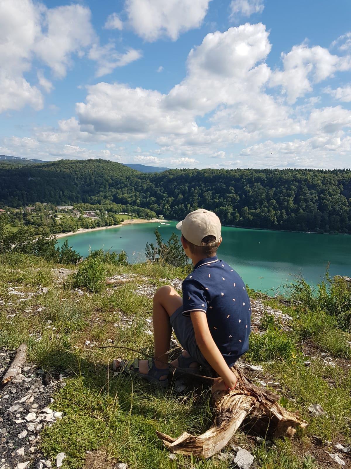 enfant devant lac du chalain jura france voyage famille