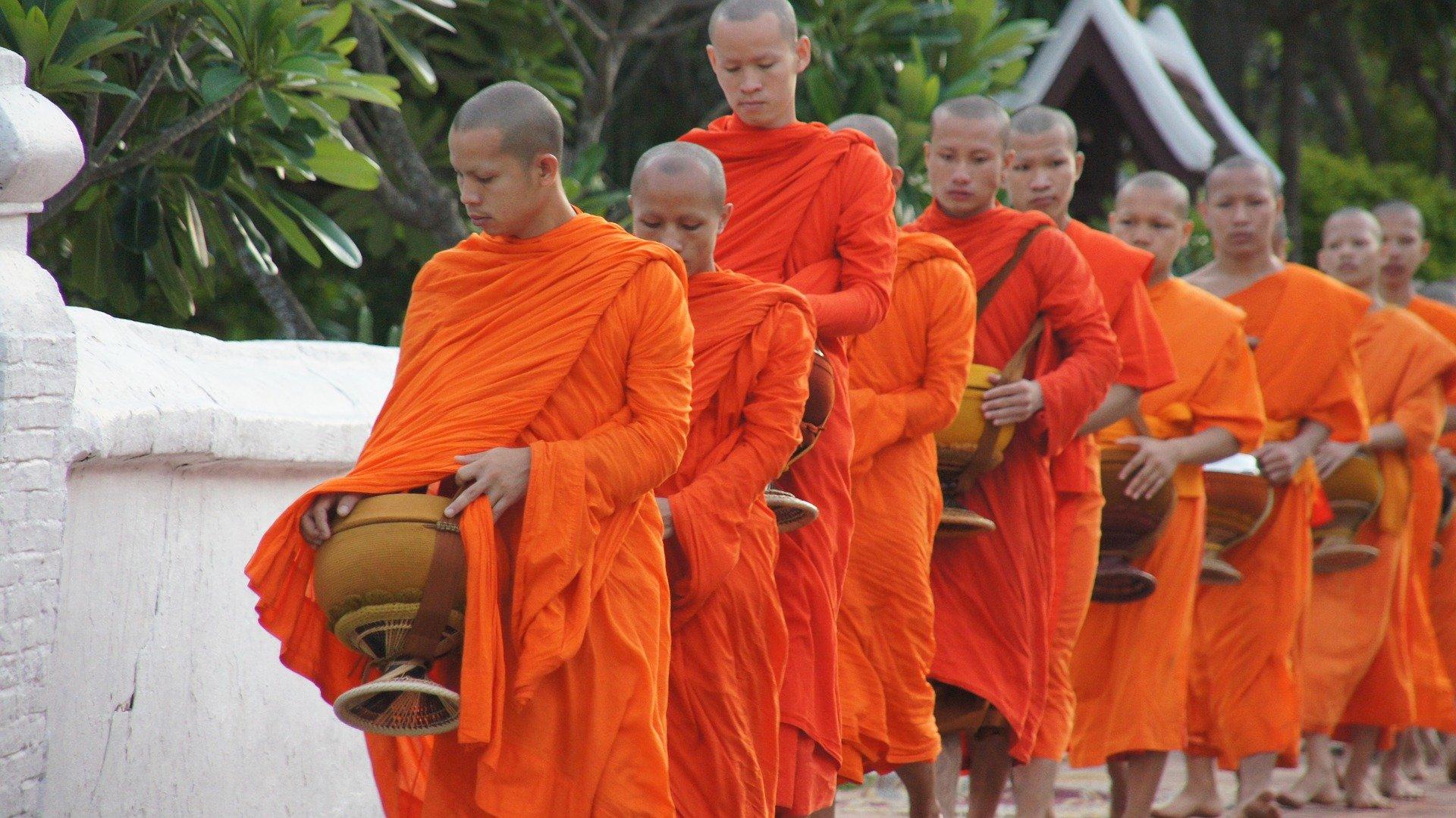 moines offrandes laos voyage en famille