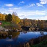 cabane en bois au bord d'une rivière en finlande
