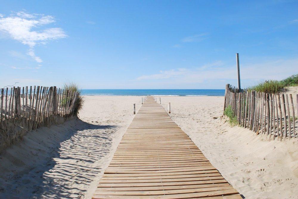 chemin en bois allant sur la plage