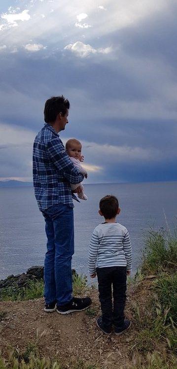 famille devant la mer en corse
