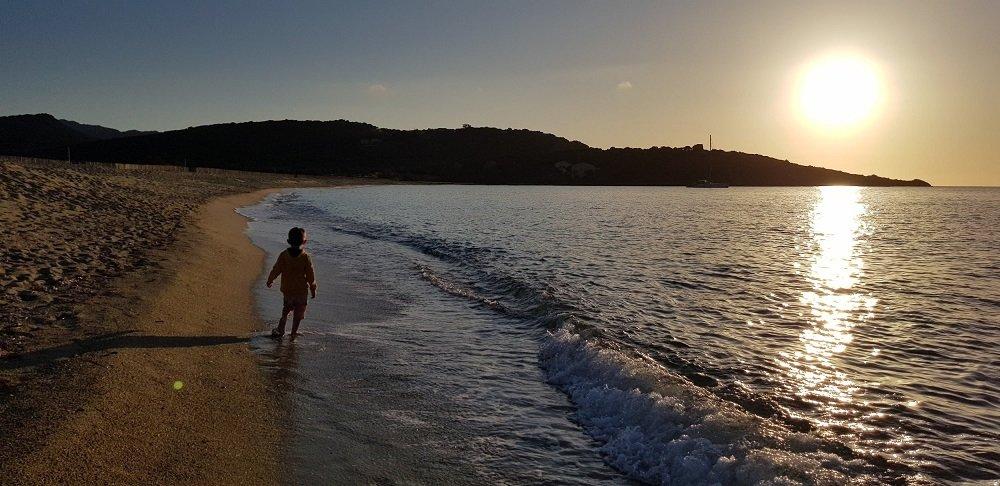 enfant sur la plage sunset en corse
