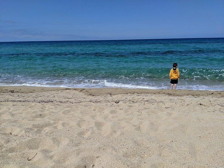 enfant dans la mer sur la plage en corse