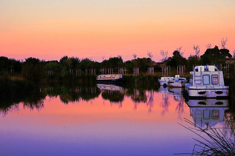 peniche sur canal du midi coucher de soleil