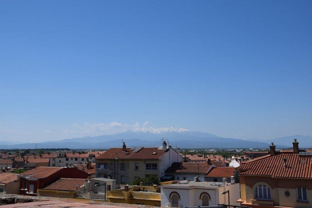 ville de perpignan avec vue sur les montagnes