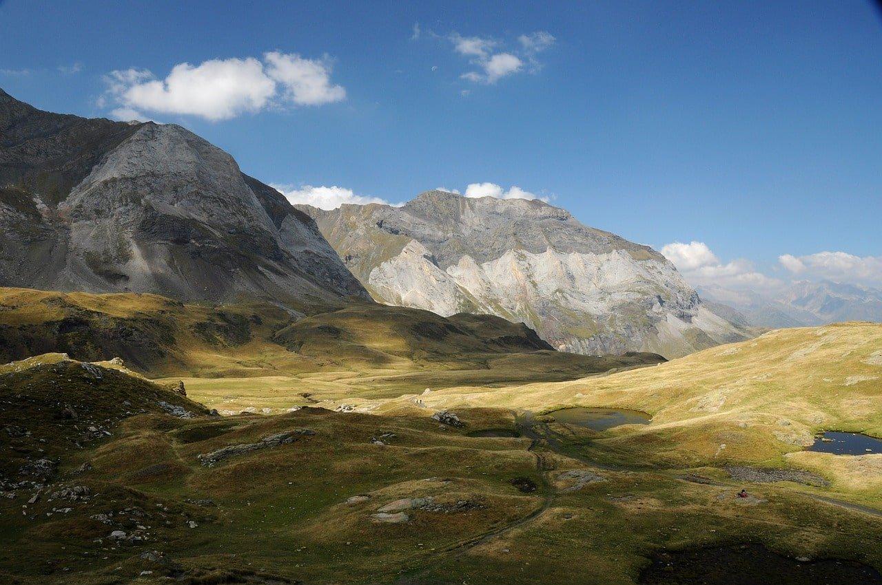 paysage de montagne et de lacs