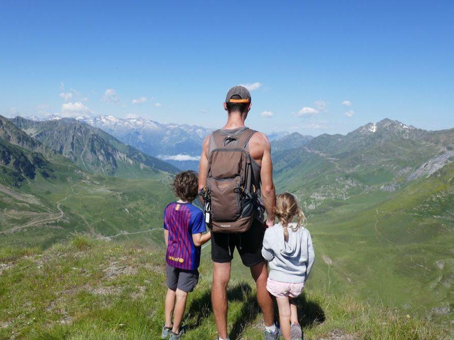 famille devant un paysage de montagne