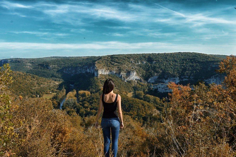 jeunne fille devant un canyon en aveyron