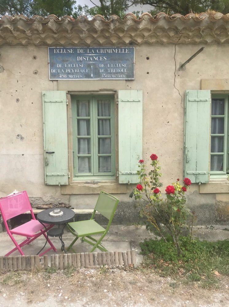 petite maison avec des volets verts