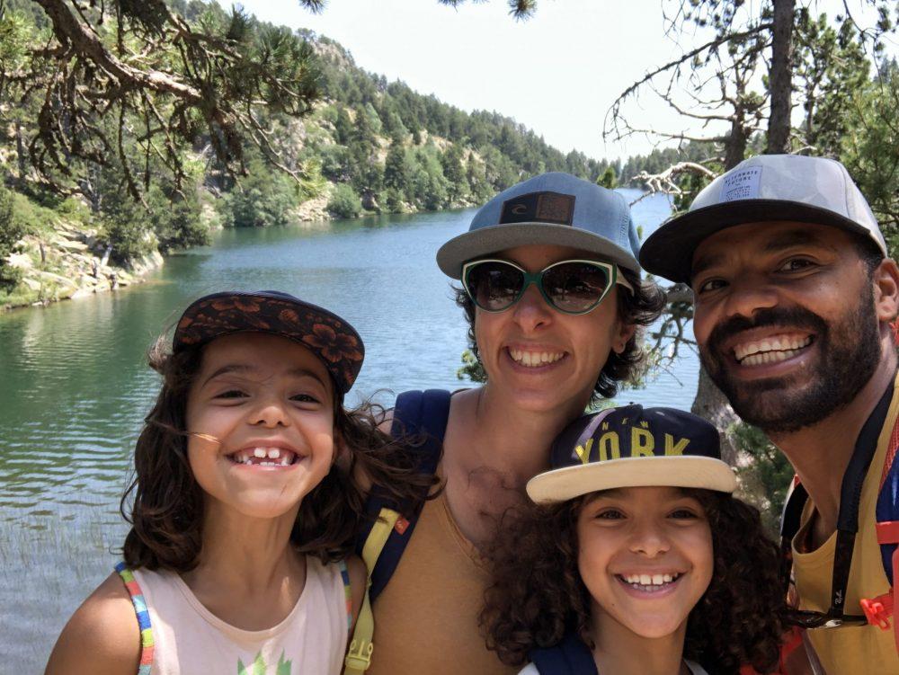 famille avec des enfants devant un lac dans les Pyrénées