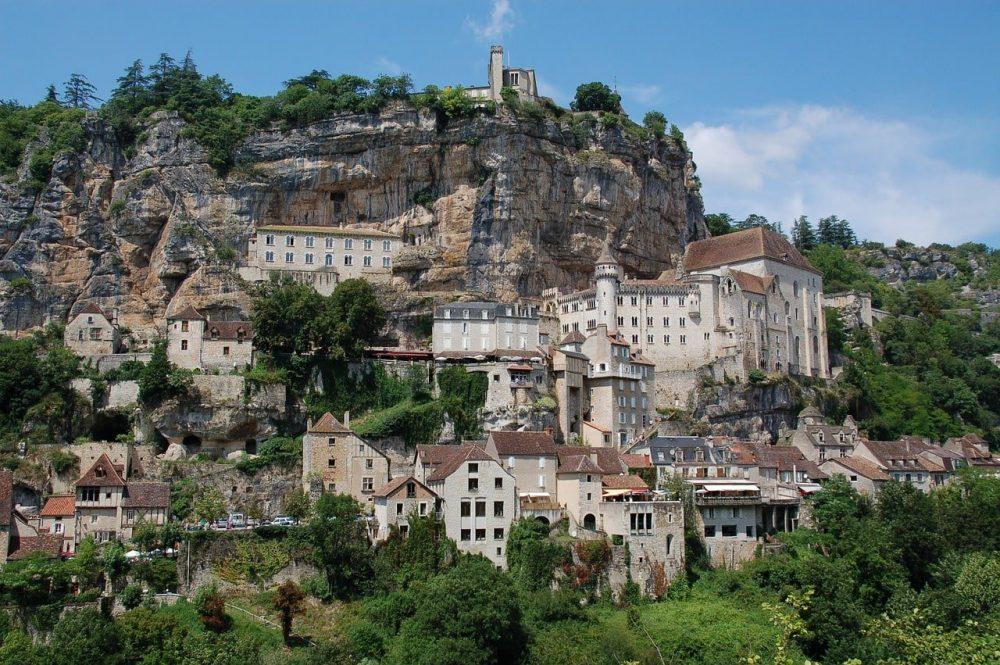 village de rocamadour contre la montagne