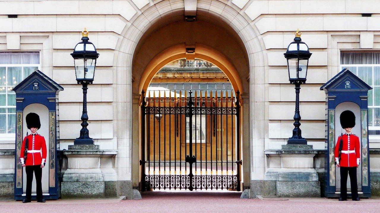 gardes devant le palais de la reine à londres en angleterre