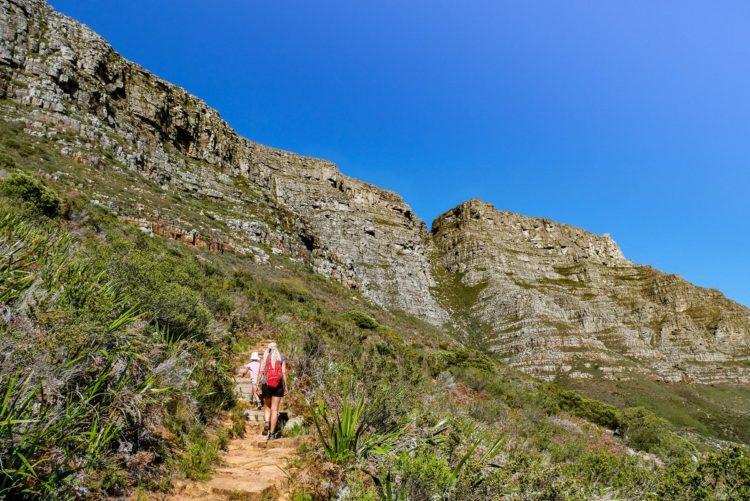 famille en randonnée dans les montagnes en afrique du sud