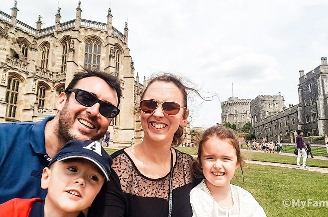 famille avec des enfants devant un chateau en angleterre