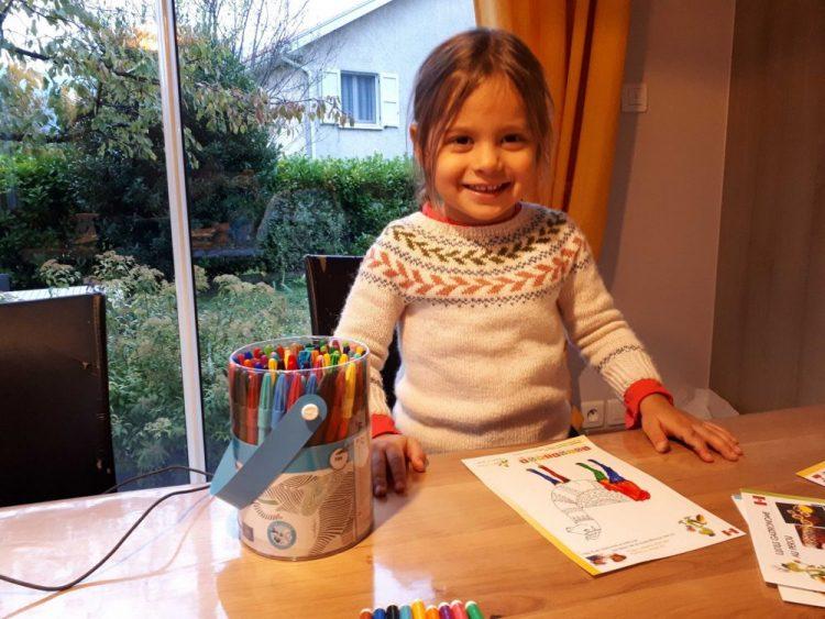 enfant faisant un coloriage