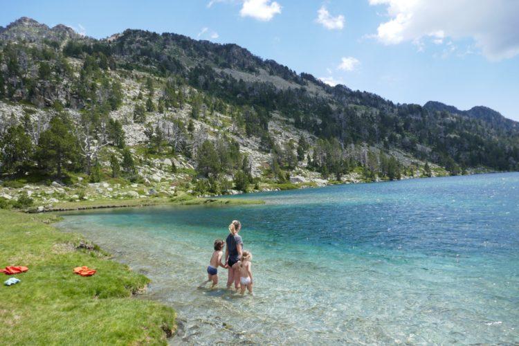 famille les pieds dans l'eau dans le lac aumur dans les pyrénées
