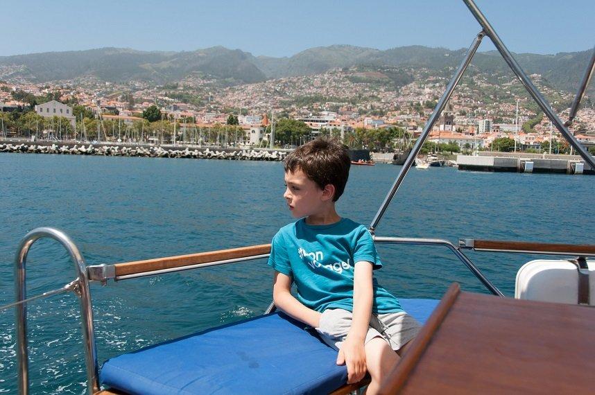 enfant sur un bateau à madeire en famille