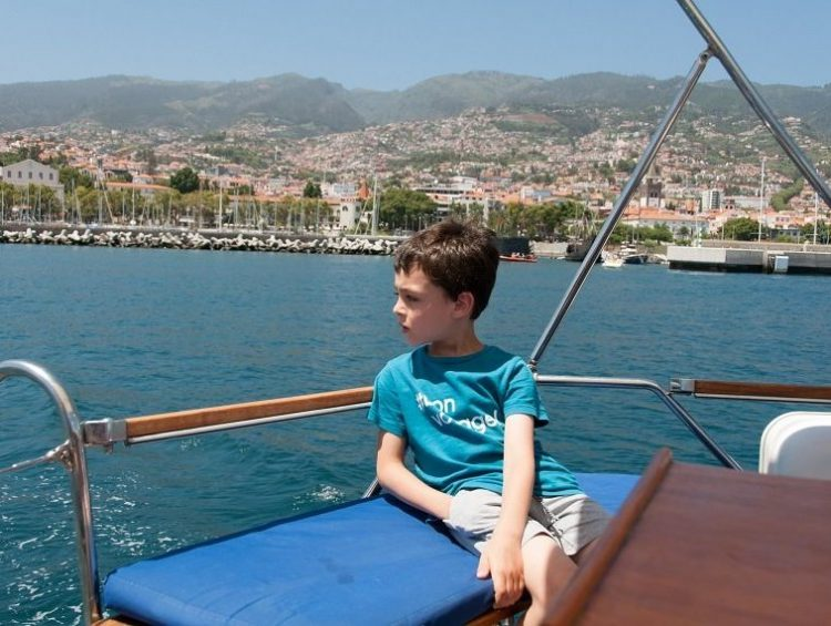 enfant sur un bateau à madeire au portugal