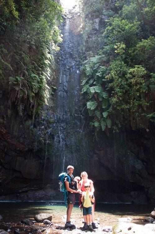 famille avec des enfants devant une cascade à madeire