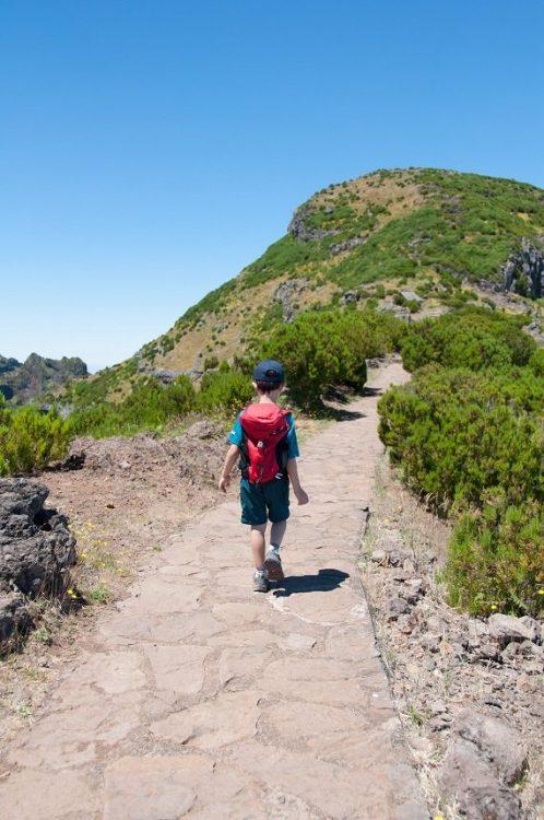 enfant en randonnée à Madeire au Portugal