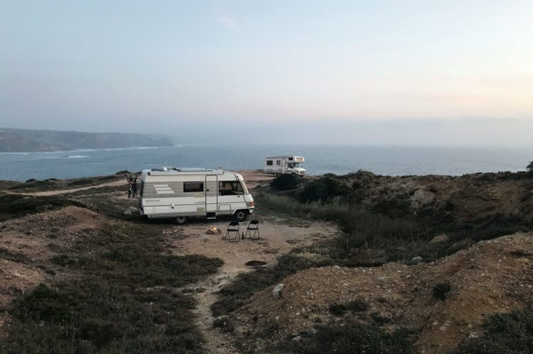 camping car au bord de la mer au portugal