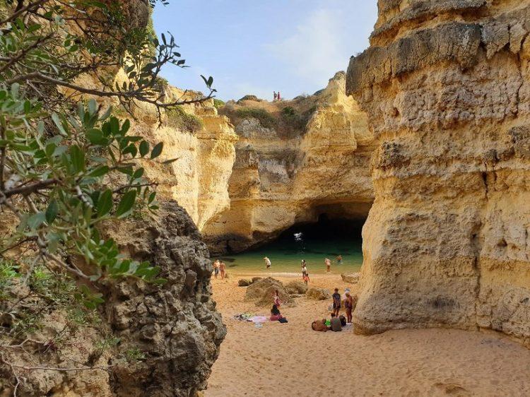famille à la plage au portugal