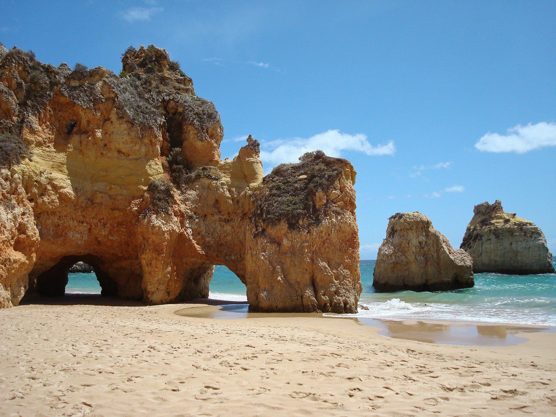falaise sur une plage en algarve au portugal