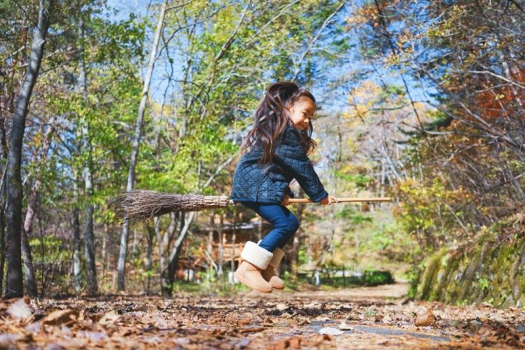 petite fille sur balais harry potter