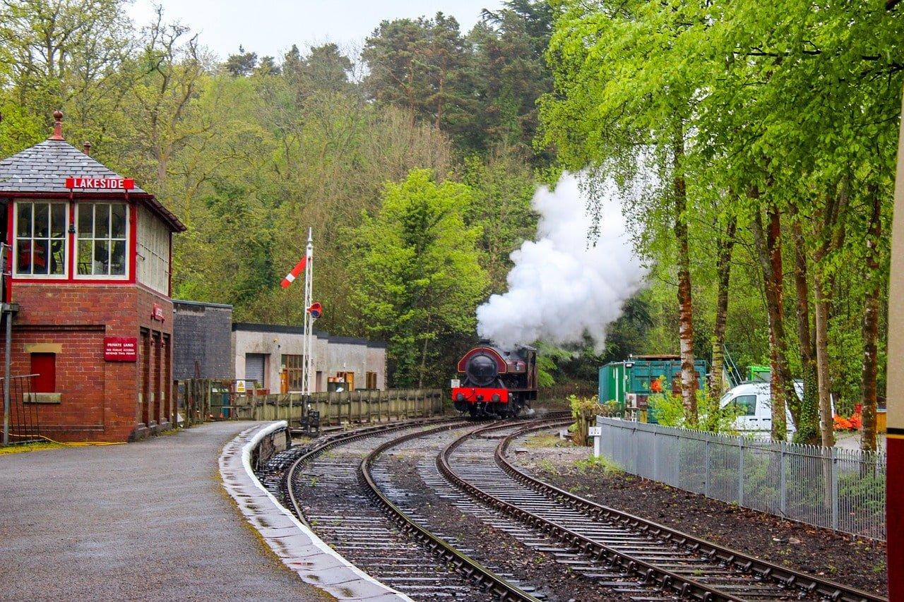train à vapeur arrivant en gare