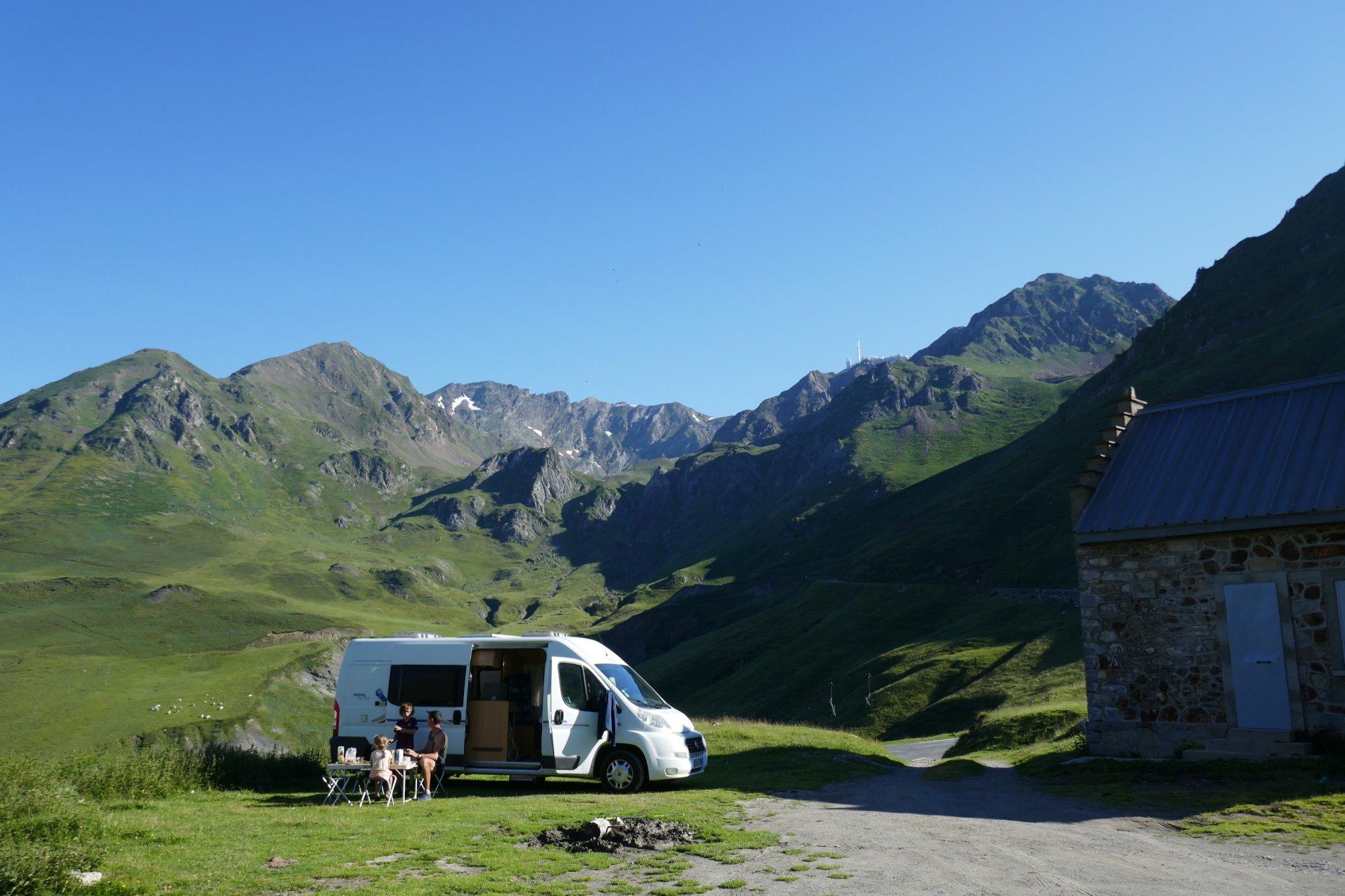 van installé dans la montagne Pyrénées en famille
