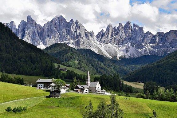 vue sur les montagnes et une église dans les dolomites en italie