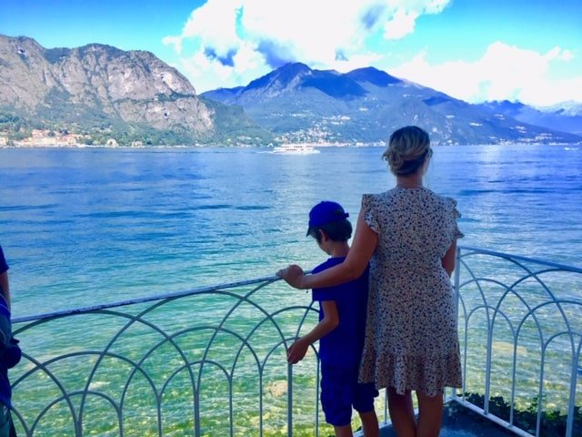 un enfant et sa maman au bord d'un lac en italie