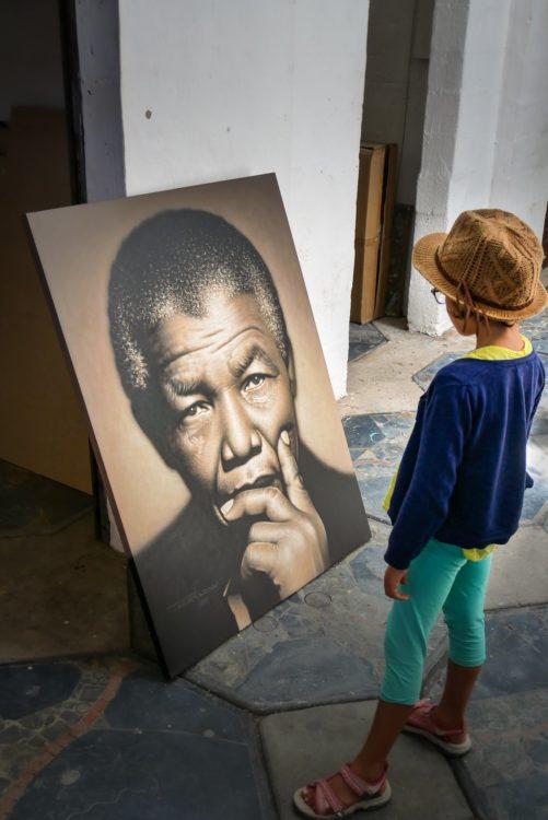 enfant devant le portrait de nelson mandela en afrique du sud
