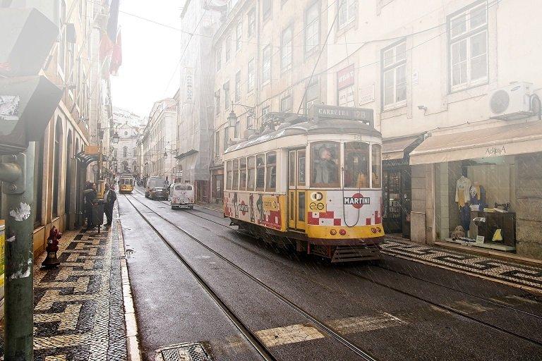 tram dans les rues de lisbonne protugal