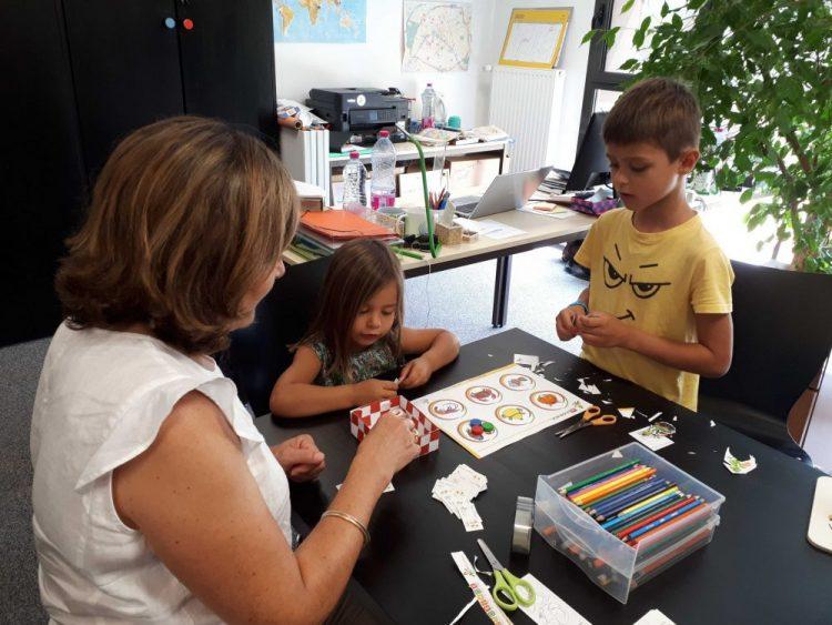 enfants qui jouent ensemble travaux manuels