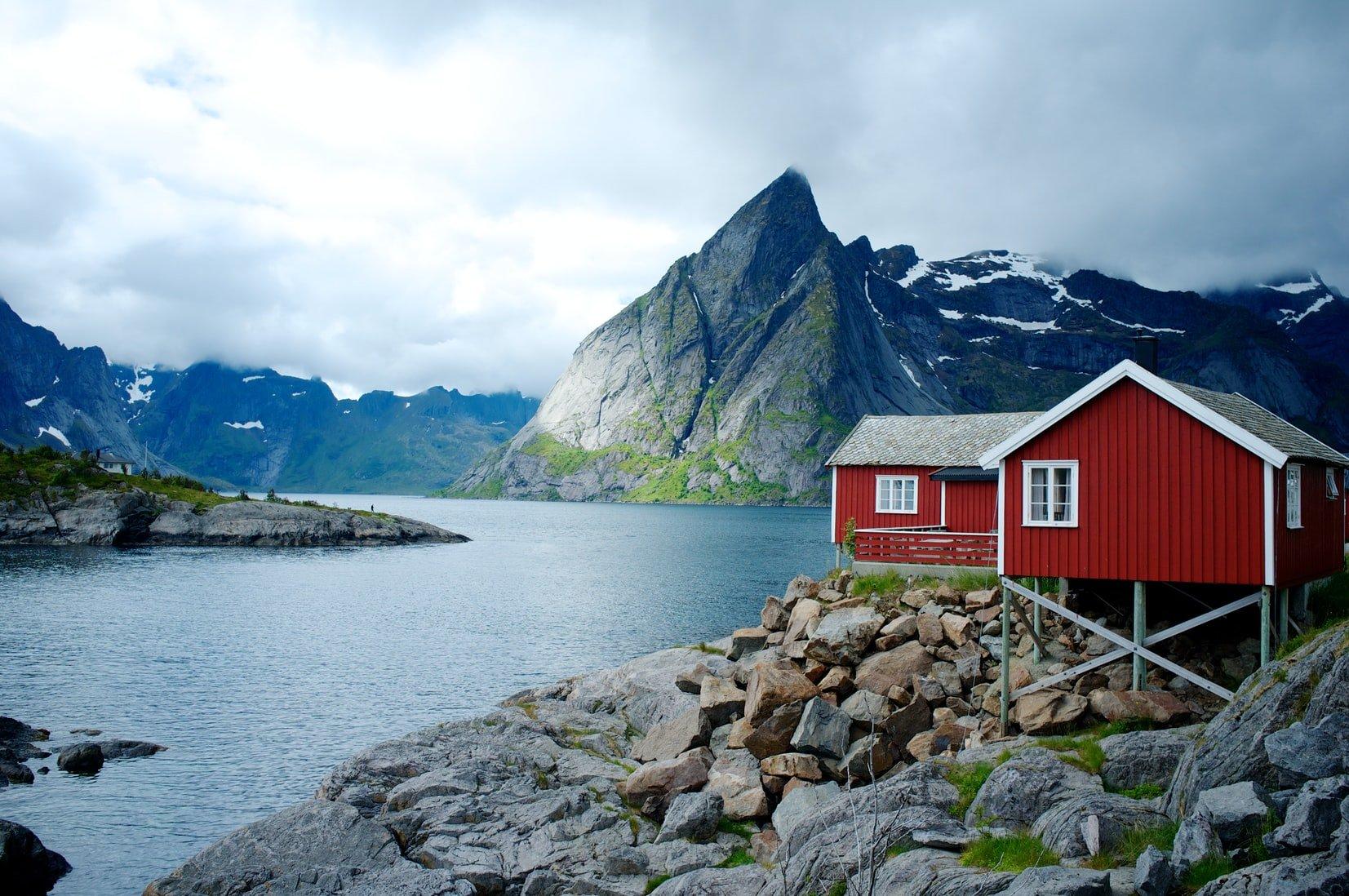 maison rouge au bord d'un lac en norvège