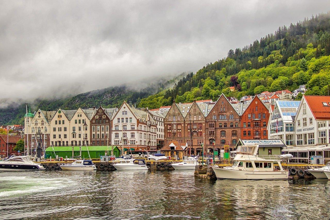 maisons colorées au bord de l'eau