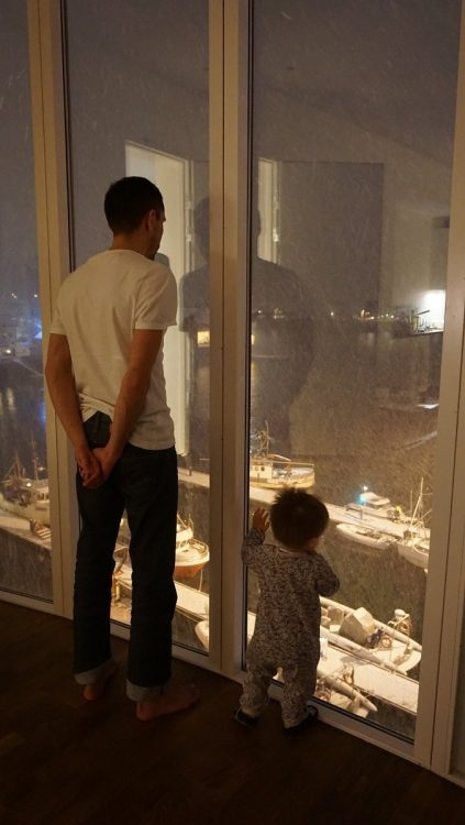 enfant avec son papa devant la fenêtre