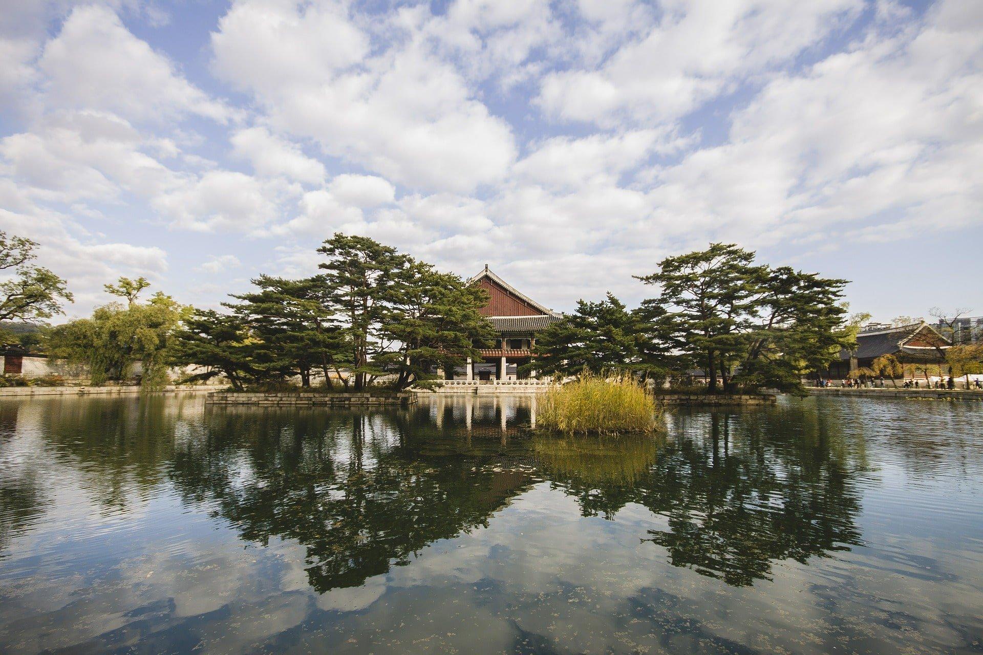 temple au milieu de l'eau
