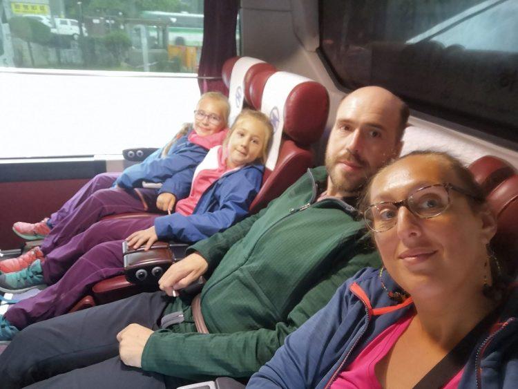 famille avec 2 enfants dans un bus en corée