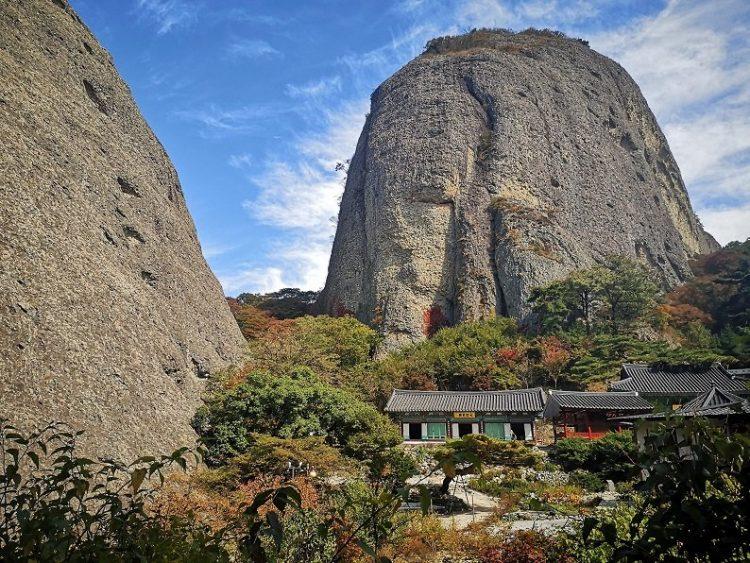 temple au pied d'une montagne