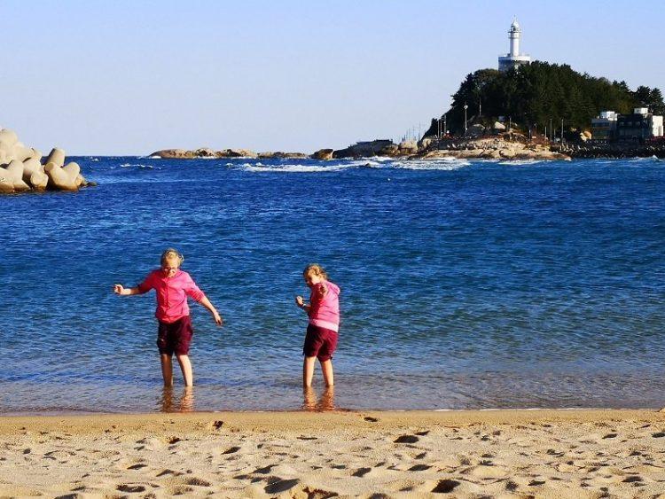 enfants qui se baignent dans la mer