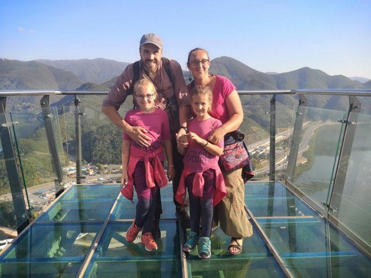 famille sur un point de vue en verre